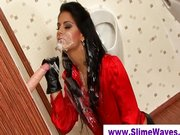 Glory hole falsa polla obtiene a babe wet and messy